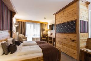 Hoteleinrichtung, Hotelzimmer mit Altholz, Eiche